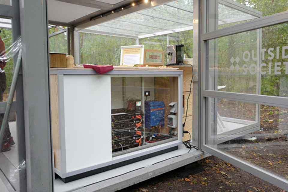 solar-panel_batteries_modulbox_outdoor-mobile-booth_coworking-space-in-nature_outside-society